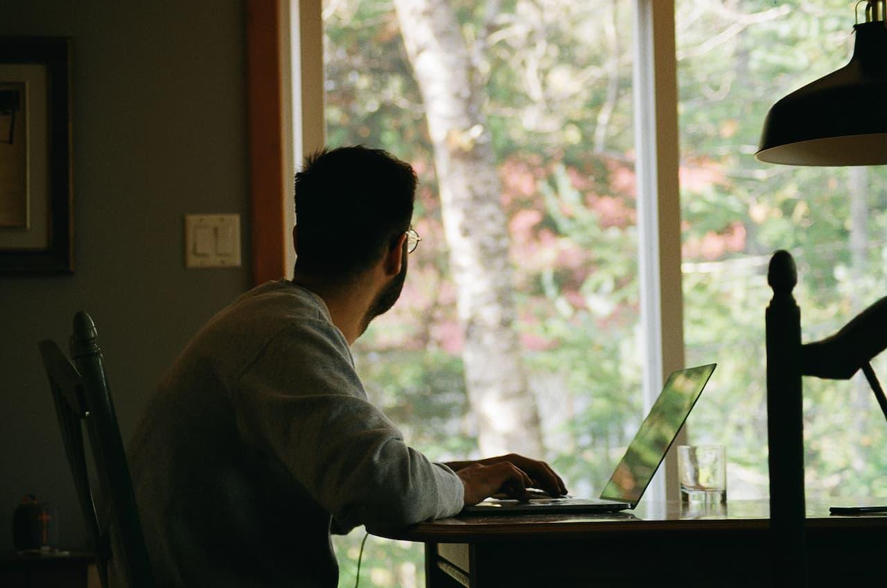 Trabajar en el sofá o en el escritorio: lo que tu lugar de trabajo dice sobre ti